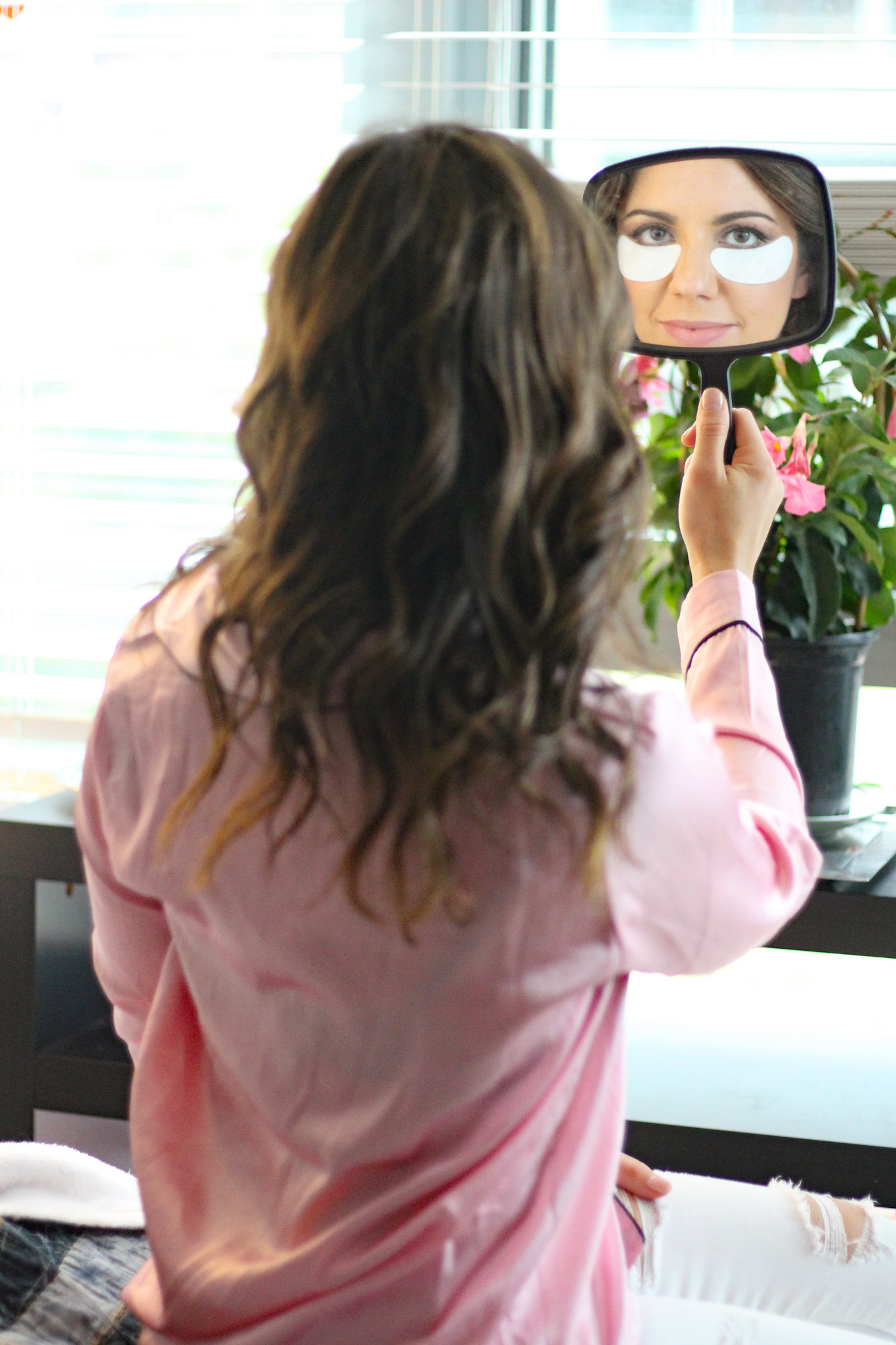 Lifestyle blogger Roxanne of Glass of Glam's ways to look and feel energized with Viicode gel eye masks